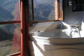 Escapada romántica  jacuzzi con vistas a las montañas