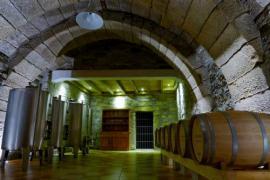 Visita guiada con cata de vino a las bodegas subterráneas.