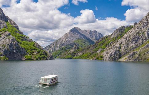 Un paseo en barco por los Fiordos Leoneses de Riaño