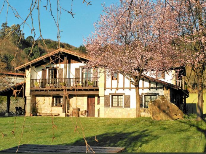 Artizarra casa rural en hondarribia guipuzcoa clubrural - Casas rurales pais vasco alquiler integro ...