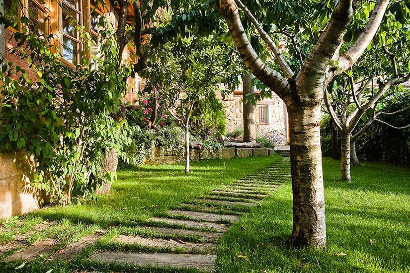 Fotos de casa roseta huesca riglos clubrural for Arboles frutales para jardin